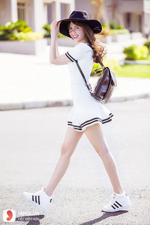 Nữ hoàng nội y Ngọc Trinh cũng rất ưa chuộng phong cách đầm kết hợp với giày thể thao mỗi khi xuống phố để tôn lên nét đẹp trẻ trung và năng động của mình.