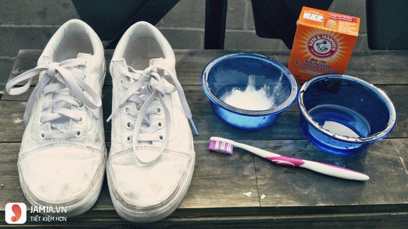 Làm trắng đế giày bằng backing soda