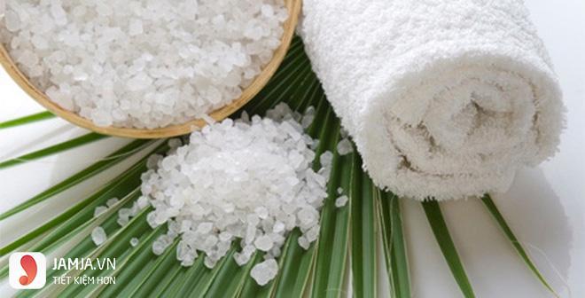 Cách rửa mặt bằng nước muối trị mụn