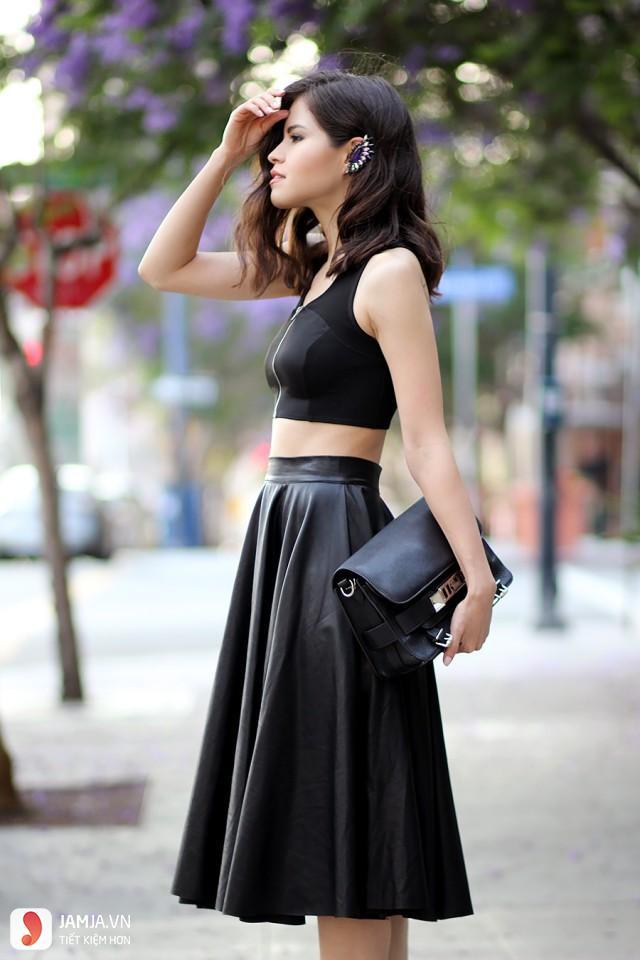 Chân váy xòe đen với áo hai dây