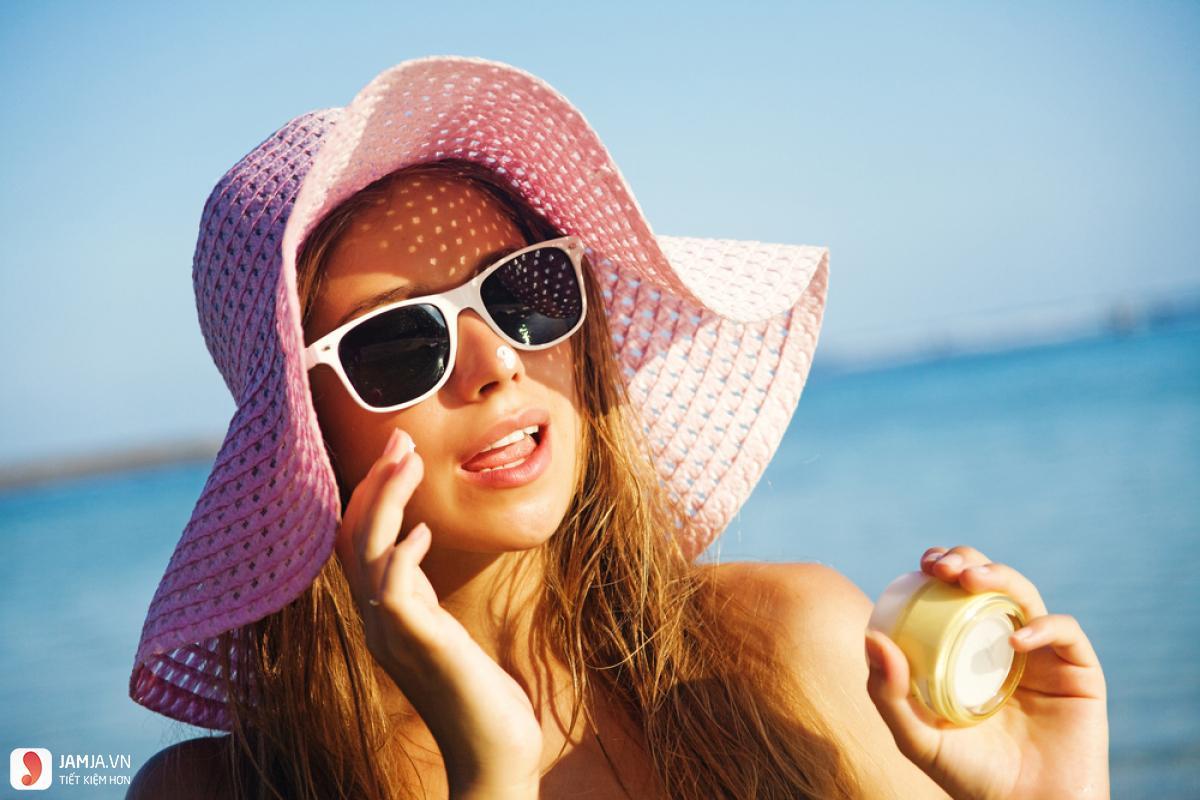 Có nên bôi kem chống nắng trực tiếp lên mặt hay không-1