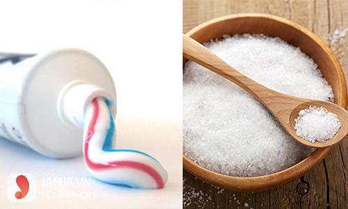 Lột mụn bằng kem đánh răng và muối