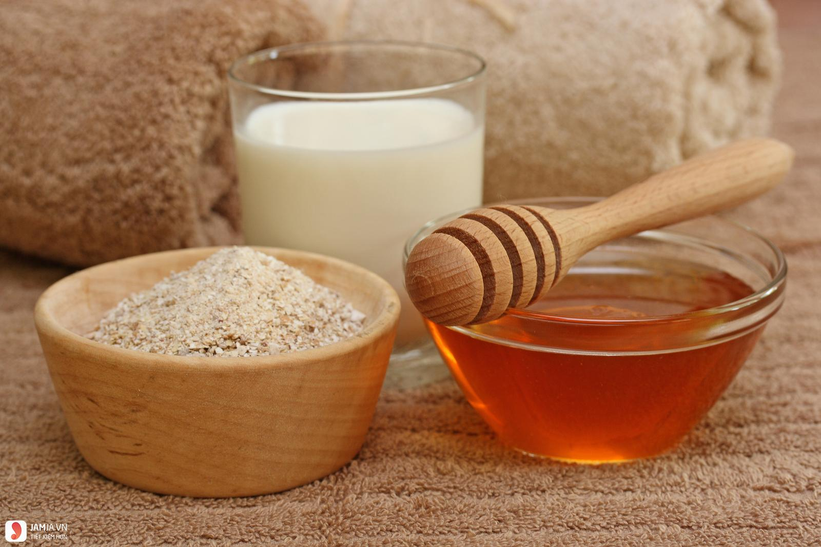 Mặt nạ cám gạo, sữa chua không đường và mật ong