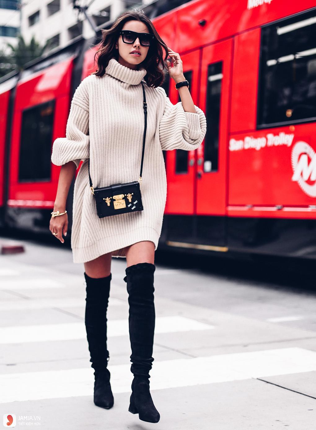 Diện boot cùng áo len dáng dài