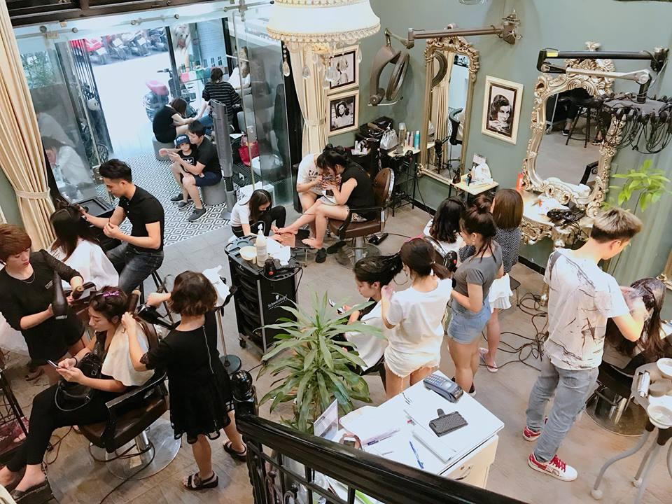 nhân viên cắt tóc tại Salon Terre