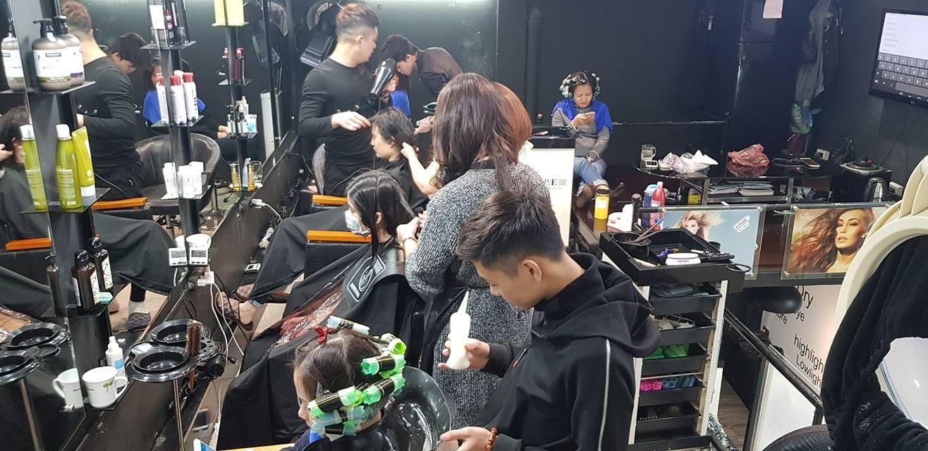 nhân viên cắt tóc tại Dũng Hair Salon